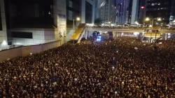 【動画】救急車に一斉に道を開ける香港のデモ。