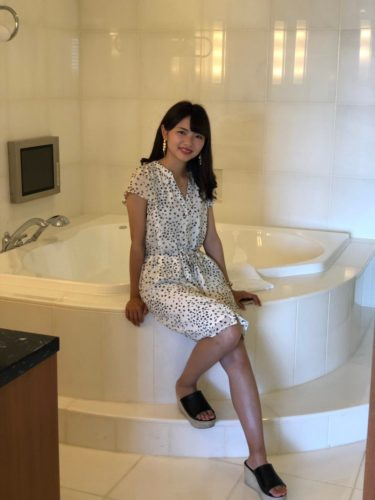 ミス慶應候補の田代麻純さん(19)、ディズニーが一望できるホテルに泊まり、なぜか風呂場で写真を撮る