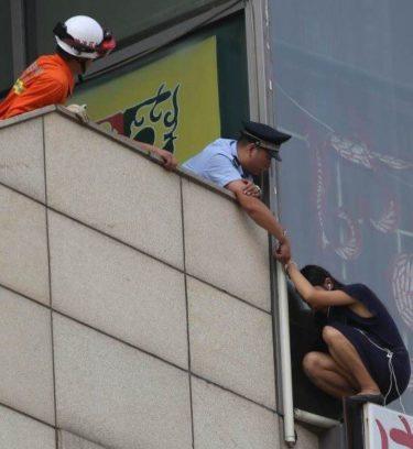 【朗報】「ちょ、警察官が自殺女に手錠かけてるw」パシャ