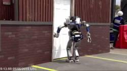 【動画】世界各国の最高峰の二足歩行ロボット VS ごく普通のドア  ファィッッ!!!