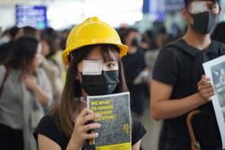【速報】香港警察、女性の頭を狙って発砲