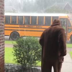 【感動】弟が学校から帰宅する時に毎日違うコスチュームで出迎えるお兄ちゃんwwwww