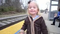 【初鉄】生まれて初めて電車を見た女の子がキュートすぎるwww