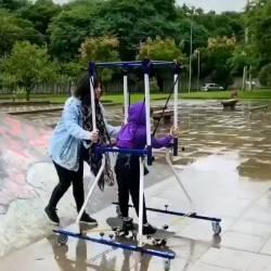 【ええやん】スケボやりたい脳性麻痺の息子のために母親の発明が凄すぎwww