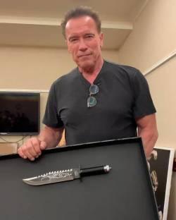 ナイフのサイズでマウントを取ってスタローンを挑発するシュワルツェネッガーwwwww