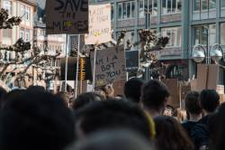 【画像】大阪の黒人デモ、さっそく正体を現すwww