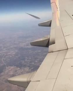 【動画】飛行機雲を横から撮影した結果www